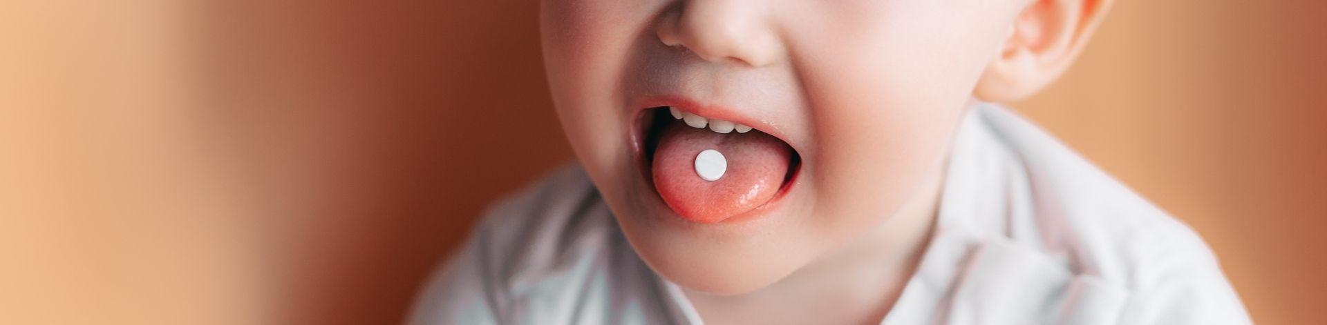 Kind mit Tablette